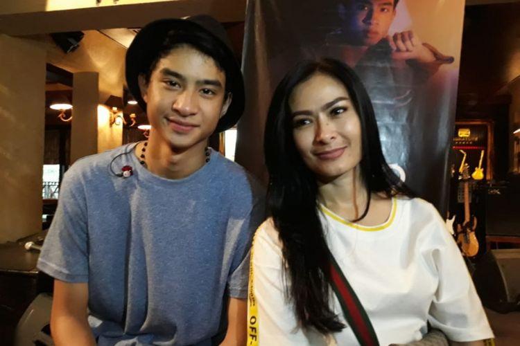 Devano Danendra (kiri) dan ibunya Iis Dahlia (kanan) dalam peluncuran singel Ini Aku di Pisa Cafe, Menteng, Jakarta Pusat, Minggu (22/9/2018).