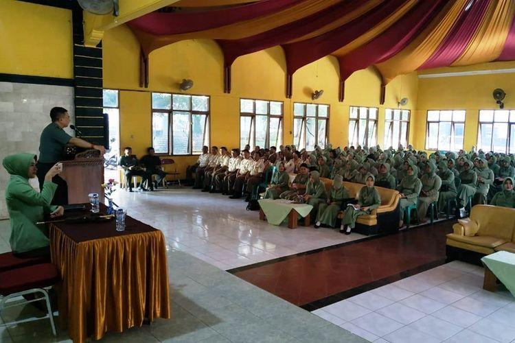 Di hadapan ratusan istri prajurit, Dandim 0608/Cianjur Letkol Inf Rendra Dwi Ardhani ingatkan soal bijaksana menggunakan media sosial agar tidak berurusan dengan hukum.