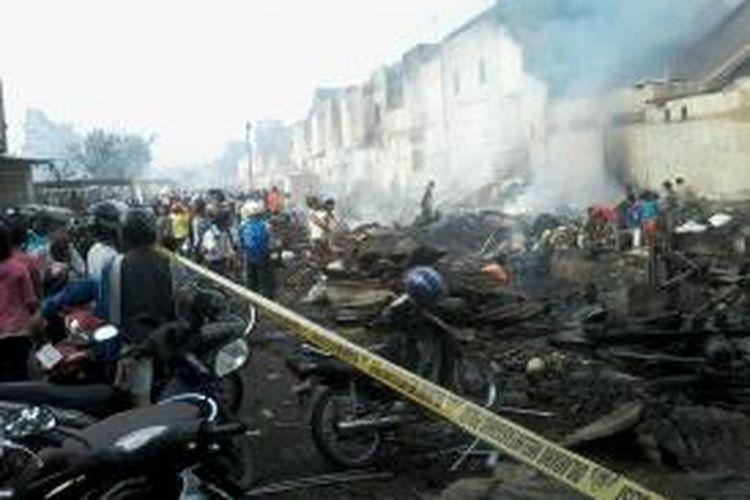 Puing-puing Pasar Hartaco di Jl Daeng Tata, Makassar yang terbakar, mulai Selasa (16/9/2014) malam hingga Rabu (17/9/2014) dinihari.