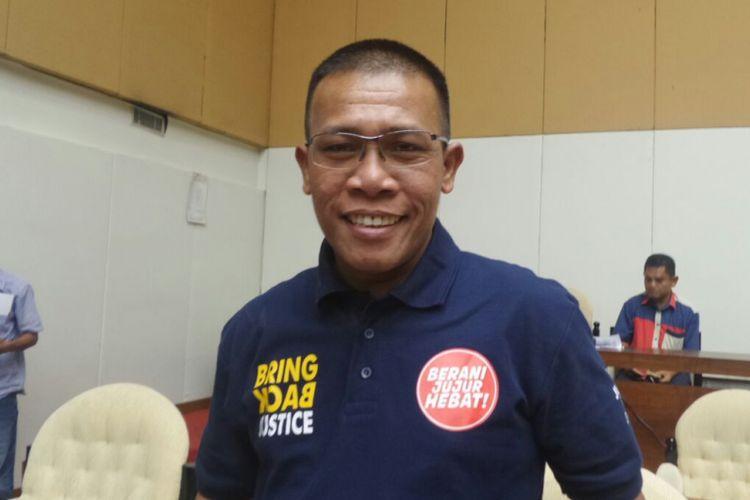 Anggota Pansus Hak Angket KPK Masinton Pasaribu saat mengenakan kaos polo seragam pansus dalam rapat pansus di Kompleks Parlemen, Senayan, Jakarta, Jumat (14/7/2017).