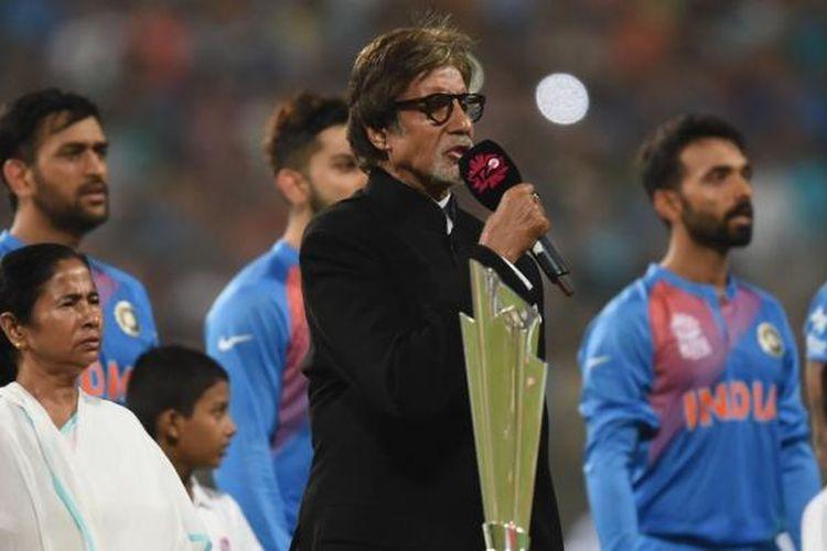 Aktor Bollywood kawakan Amitabh Bachchan (tengah) menyanyikan lagu kebangsaan India dalam acara pembukaan turnamen kriket World T20 di The Eden Gardens Cricket Stadium, Kalkutta, India, Minggu (19/3/2016).