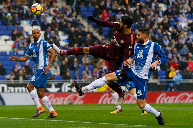 Luis Suarez mencoba menjangkau bola pada pertandingan Espanyol vs Barcelona di Stadion RCDE, Minggu (4/2/2018).