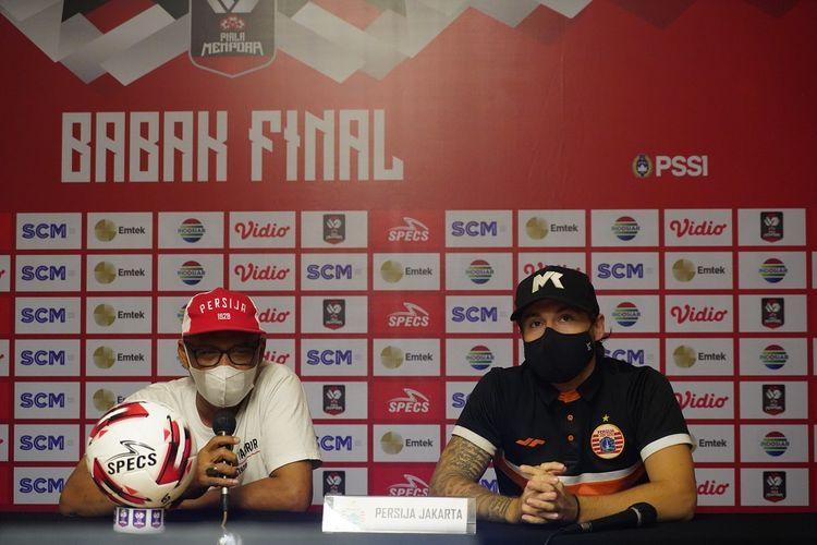 Pelatih Persija Jakarta, Sudirman (kiri), dan Marc Klok (kanan) dalam konferensi pers pada Rabu (21/4/2021) siang WIB, menjelang laga kontra Persib di final Piala Menpora 2021.