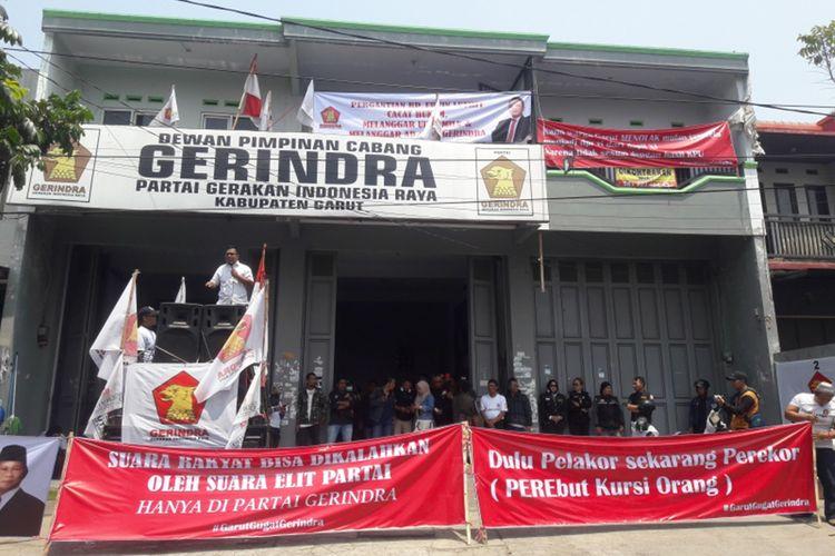 Kantor DPC Gerindra Garut menjadi sasaran aksi unjuk rasa, Senin (23/09/2019)
