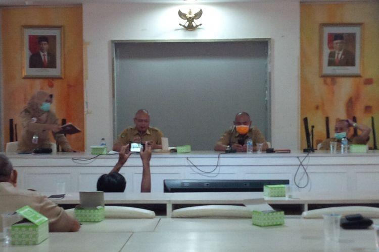 Wali Kota Surakarta, FX Hadi Rudyatmo dan Ketua Gugas Percepatan Penanganan Covid-19 Solo, Ahyani dalam konferensi pers di Solo, Jawa Tengah, Senin (30/3/2020).