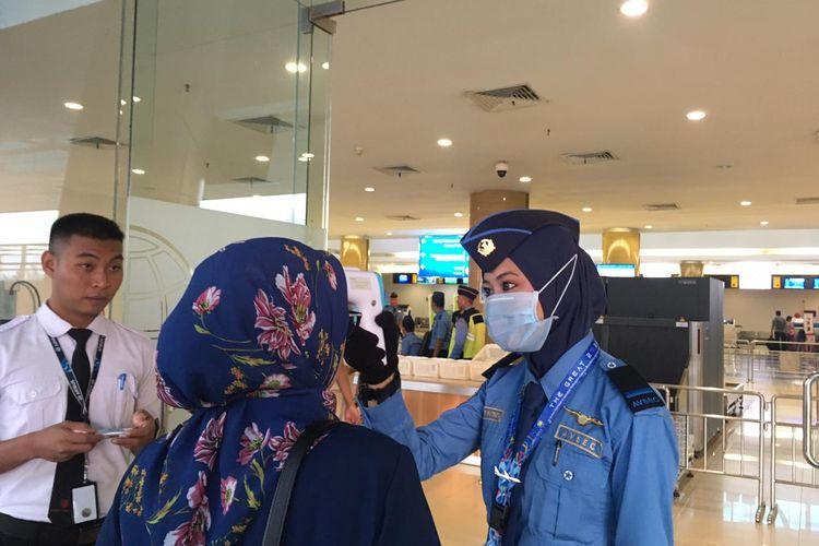 Petugas di Bandara APT Pranoto Samarinda melakukan cek suhu tubuh ke calon penumpang yang melakukan perjalanan, awal April 2020.