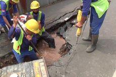 Pipa Air Pecah, Jalan Gudang Air di Kelurahan Rambutan Jaktim Retak 20 Meter