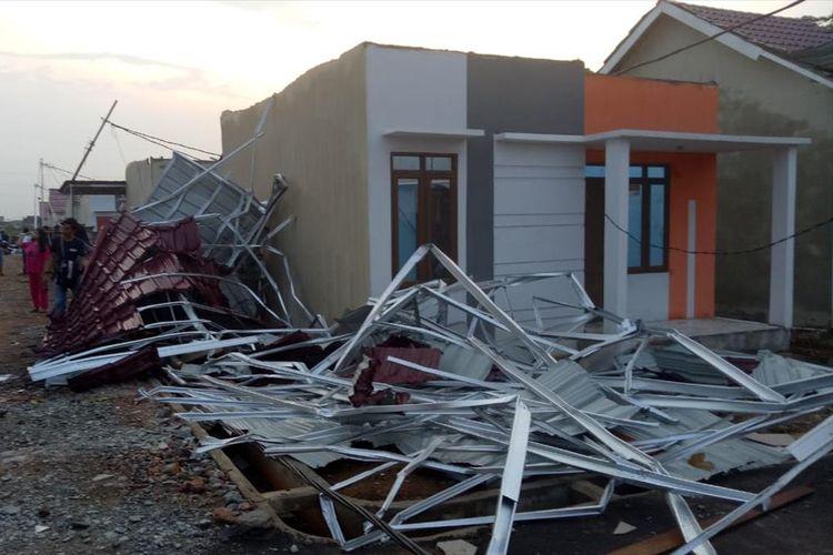 Bencana alam puting beliung melanda kawasan perumahan di Jalan Ampera Raya, Kecamatan Sungai Ambawang, Kabupaten Kubu Raya, Kalimantan Barat, Selasa (13/8/2019) petang. Sedikitnya 60 rumah dan 11 kios toko satu lantai rusak parah.