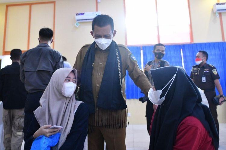 Gubernur Kepri Ansar Ahmad saat meninjau vaksinasi remaja berusia 12 tahun hingga 17 tahun