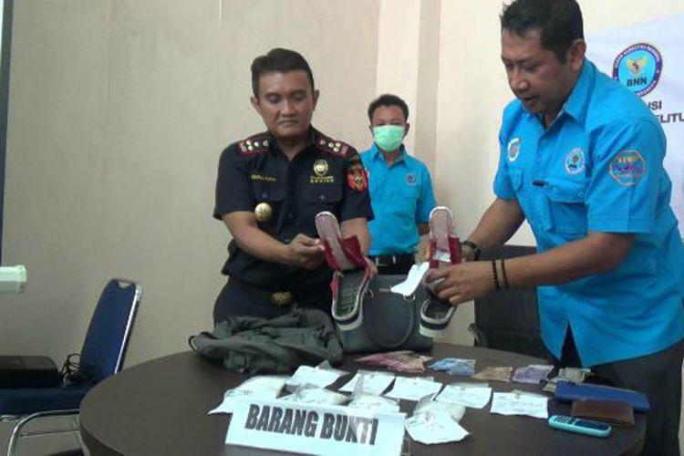 Petugas BNN dan Bea Cukai Kepulauan Bangka Belitung saat memerlihatkan temuan sabu dalam sepatu, Rabu (25/7/2018).