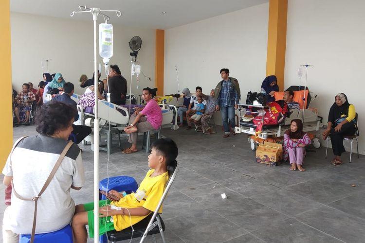 Gempa bermagnitudo 5,8 mengguncang Lombok, Nusa Tenggara Barat (NTB), Minggu (17/3/2019). Gempa itu membuat puluhan pasien di RSUD Mataram dievakuasi ke luar gedung rumah sakit.