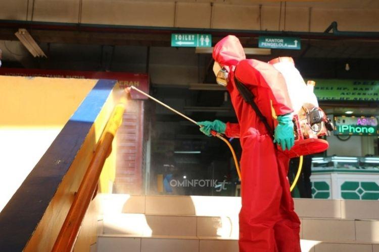 Penyemprotan disinfektan oleh petugas Suku Dinas Penanggulangan Kebakaran dan Penyelamatan (Sudin PKP) Jakarta Timur di Pasae Induk Kramat Jati, Jakarta Timur, Jumat (12/6/2020).