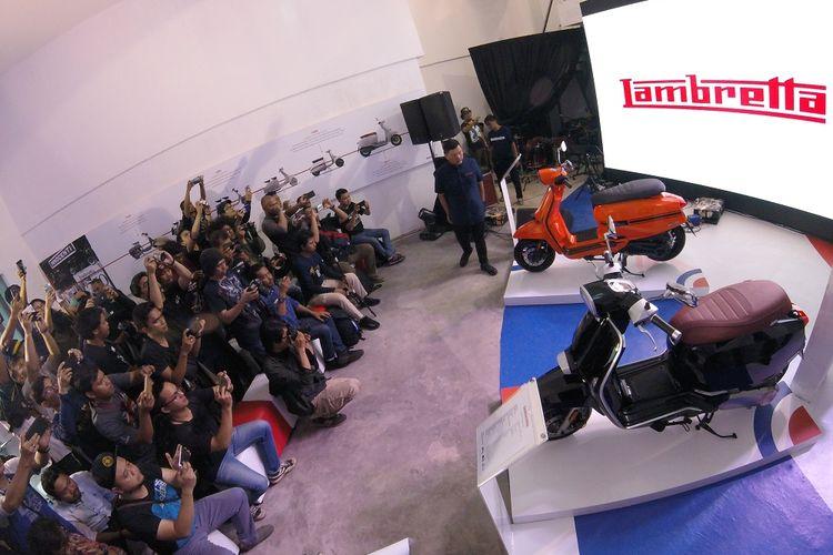 Peluncuran Lambretta V200 (hitam), dan V125 Special (jingga) di kawasan Pejaten, Jakarta Selatan, Selasa (23/4/2019).  V200 dibenderol seharga Rp 52,5 juta dan V125 seharga Rp 44,5 juta, OTR Jakarta.
