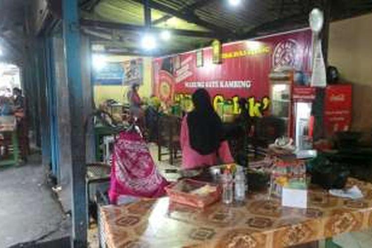 Suasana ruang makan Warung Sate Mbok Galak di Jalan Mangun Sarkoro No. 122, Kelurahan Sumber, Kecamatan Banjarsari, Kota Surakarta, Jawa Tengah, Sabtu (23/7/2016). Warung Sate Mbok Galak disebut-sebut menjadi tempat kuliner favorit presiden dari era Soeharto hingga Jokowi.