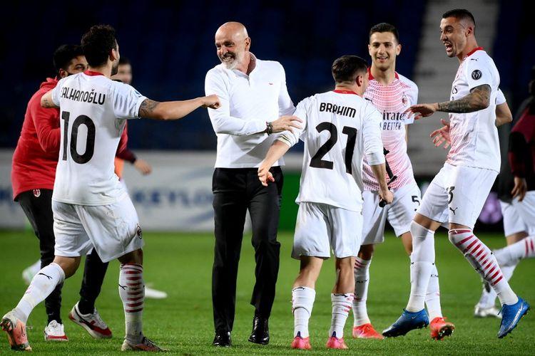 Selebrasi pelatih AC Milan, Stefani Pioli (tengah), setelah timnya mengamankan satu tempat ke Liga Champions musim depan.