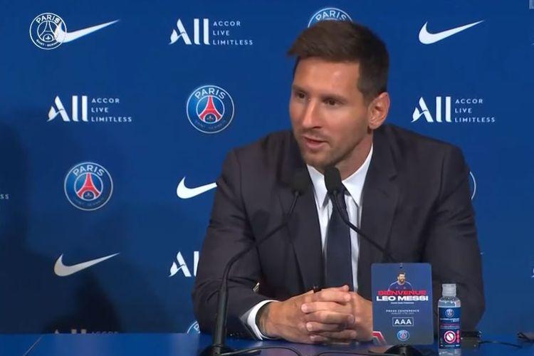 Pemain baru PSG Lionel Messi berbicara kepada media setelah sang megabintang menuntaskan transfernya ke raksasa Liga Perancis tersebut pada Rabu (11/8/2021) dini hari WIB.