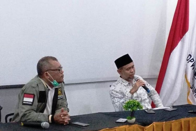 Menanggapi hasil hitung cepat lembaga-lembaga survei, Salman Alfarisi menggelar konferensi pers di sekretariat DPW PKS Sumut di Jalan Kenanga Raya, Kecamatan Medanselayang, Rabu (9/12/2020) malam