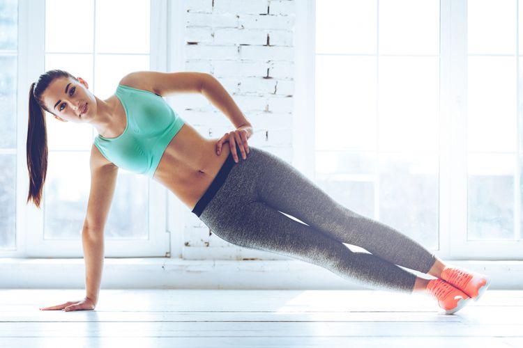 Posisi side plank untuk menguatkan otot perut