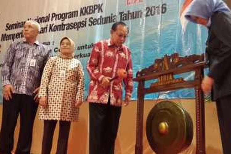 Kepala Badan Kependudukan dan Keluarga Berencana Nasional (BKKBN) Surya Chandra Surapaty saat membuka Seminar Nasional Program KKBPK dalam rangka memperingati Hari Kontrasepsi Sedunia Tahun 2016 di Kota Malang, Jawa Timur, Senin (26/9/2016).