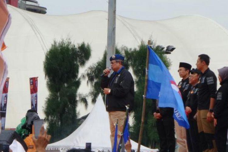 Presiden ke-6 RI, Susilo Bambang Yudhoyono, menyanyikan Munajat Cinta di panggung konser Satukan Jakarta di GOR Soemantri, Kuningan, Jakarta Selatan, Sabtu (11/2/2017).