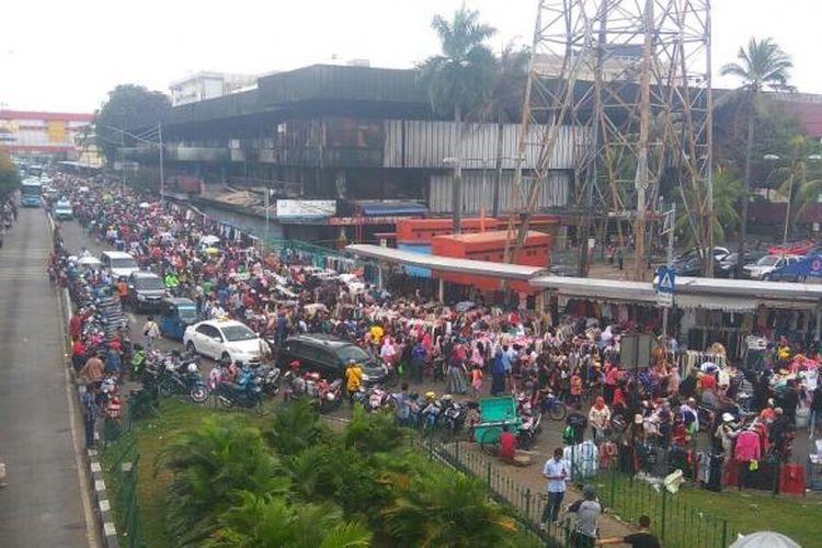 Pedagang korban terbakarnya Pasar Senen kini memilih membuka lapak di trotoar dan pinggir jalan, Minggu (22/1/2017).
