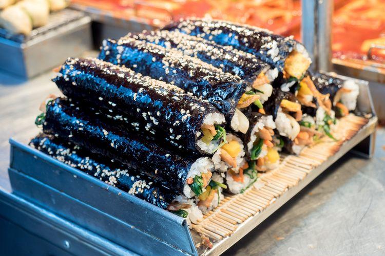 Ilustrasi kuliner Korea : kimbap.