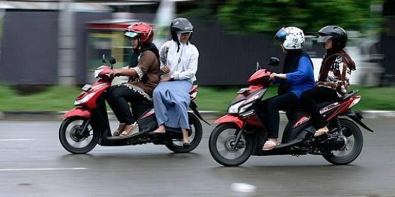 Polisi ingatkan etika saat naik motor.
