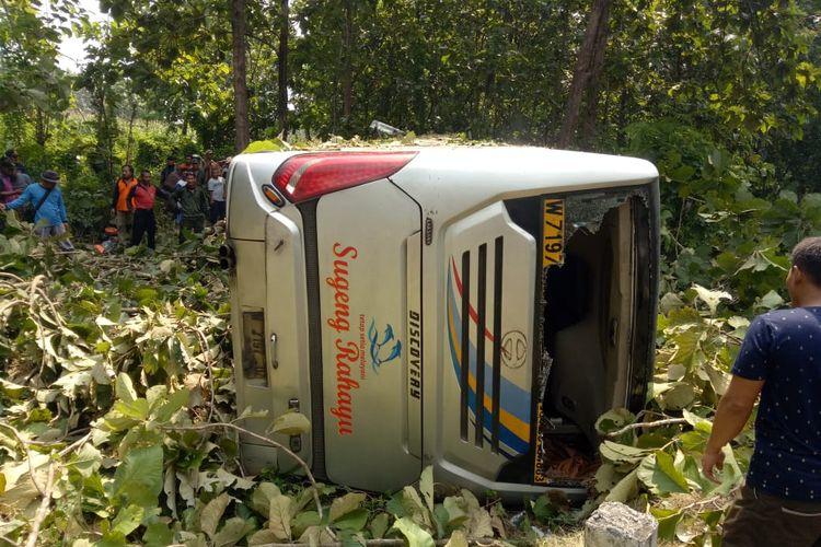 Bus Sugeng Rahayu kembali mengalami kecelakaan di Kabupaten Ngawi. Bus dilaporkan melaju kencang sebelum terperosok ke dalam hutan jati dan terguling.