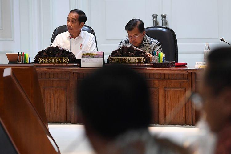 Presiden Joko Widodo (kiri) didampingi Wakil Presiden Jusuf Kalla (kanan) memimpin rapat terbatas di Kantor Presiden, Jakarta, Jumat (3/5/2019). Ratas tersebut membahas persiapan menghadapi Hari Raya Idul Fitri 1440 Hijriah. Antara Foto/ Wahyu Putro A/nz.