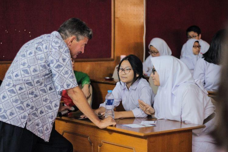 Ilustrasi beasiswa Bhinneka Tunggal Ika dari Jakarta Intercultural School (JIS) Jakarta.