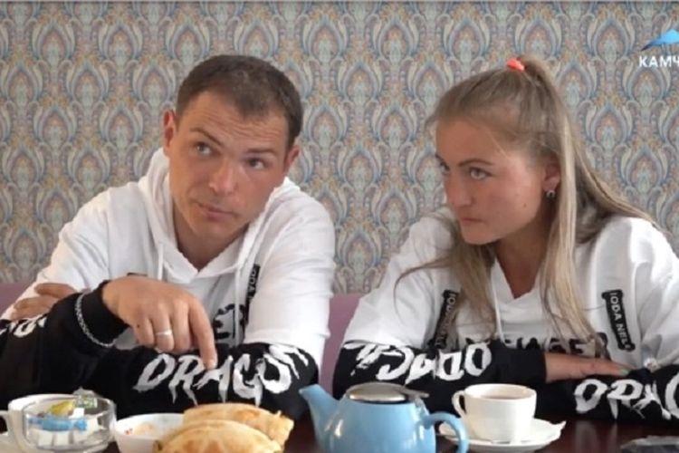 Anton dan Nina Bogdanov, pasangan di Rusia yang menceritakan bagaimana mereka harus bertengger selama 10 hari di pohon karena diburu beruang.