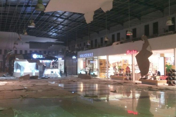 Gempa Ambon yang terjadi sejak Selasa malam (31/10/2017) menyebabkan Maluku City Mall (MCM) mengalami kerusakan. Paflon atap di bangunan dua lantai itu ambruk.