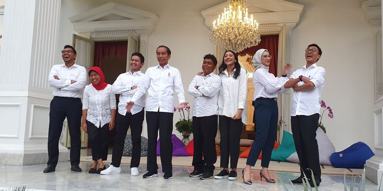 Presiden Joko Widodo memperkenalkan 7 orang yang menjadi staf khususnya. Pengumuman itu dilakukan di beranda Istana Merdeka, Jakarta, Kamis (12/11/2019).