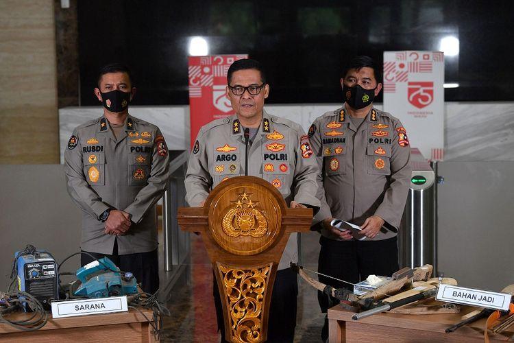 Kadivhumas Polri Irjen Pol Argo Yuwono (tengah) didampingi Karopenmas Brigjen Pol Rusdi Hartono (kiri) dan Kabagpenum Kombes Pol Ahmad Ramadhan menyampaikan rilis barang bukti teroris, di kantor Bareskrim, Mabes Polri, Jakarta, Jumat (18/12/2020). Sebanyak 23 orang tersangka teroris jaringan Jamaah Islamiyah berhasil ditangkap Tim Densus 88 Anti Teror Polri di Lampung beberapa waktu lalu, dan kini mereka berada di Jakarta untuk menjalani pemeriksaan oleh pihak kepolisian. ANTARA FOTO/Sigid Kurniawan/hp.