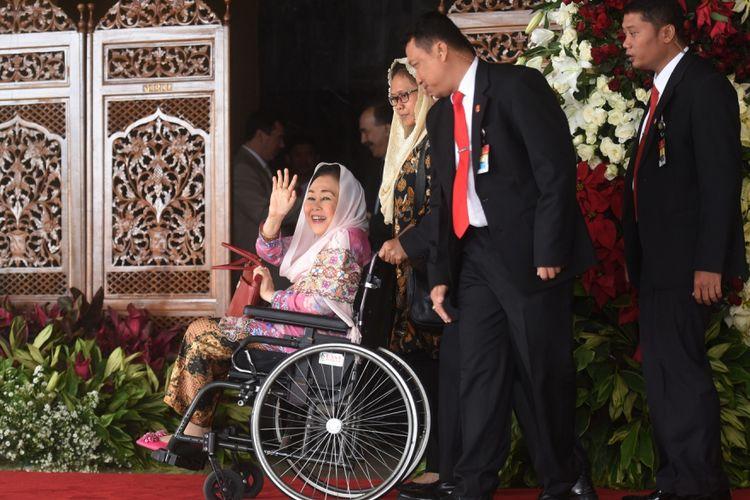 Istri Mantan Presiden Abdurrahman Wahid, Sinta Nuriyah Wahid (kiri) meninggalkan ruangan usai menghadiri Sidang Tahunan MPR Tahun 2017 di Kompleks Parlemen, Senayan, Jakarta, Rabu (16/8/2017). Sidang tersebut beragendakan penyampaian pidato kenegaraan Presiden Joko Widodo tentang kinerja lembaga-lembaga negara. ANTARA FOTO/Akbar Nugroho Gumay/aww/17.