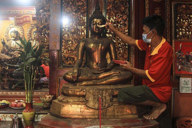Pencucian patung dewa yang berlangsung di Kelenteng Tri Dharma Chandra Nadi (Soei Goeat Kiang), di kawasan 10 Ulu, Palembang, Sumatera Selatan, Jumat (5/2/2021). Ritual pencucian patung ini untuk menyambut Imlek yang jatuh pada Jumat (12/2/2021) mendatang.
