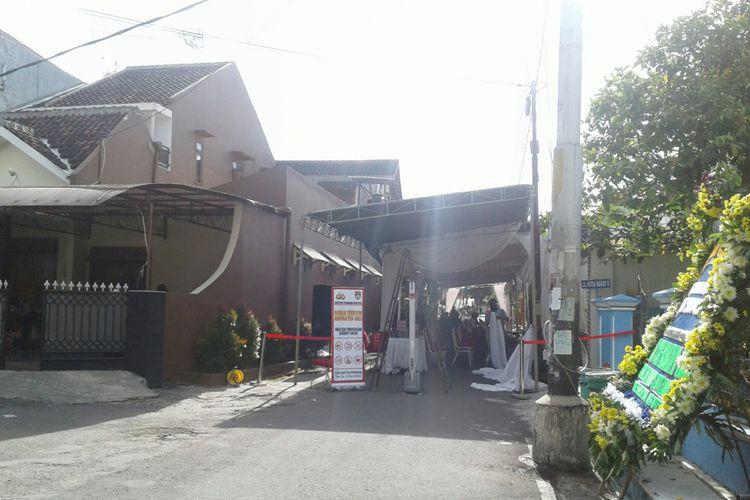 Suasana rumah duka di Griya Sumber Jalan Kutai Barat Perum Kutai Harmony Residence 2 RT 004/ RW 016 Kelurahan Sumber, Kecamatan Banjarsari, Solo, Jawa Tengah, Selasa (3/4/2018).