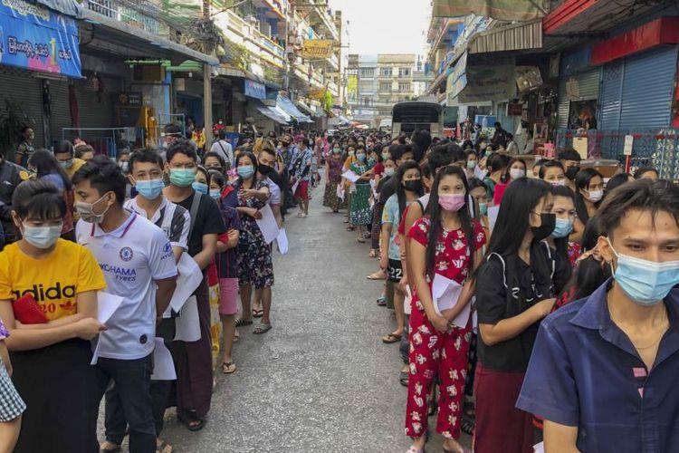 Orang-orang antre untuk mendapatkan tes Covid-19 di Samut Sakhon, Selatan Bangkok. Thailand.