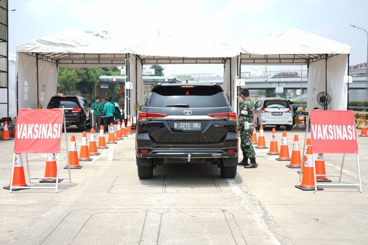 Suasana pelaksanaan vaksinasi drive thru di Jalan Tol Jagorawi, yang telah dimulai dari tanggal 1 September dan berakhir hingga 30 September, Jakarta, Jumat (3/9/2021).