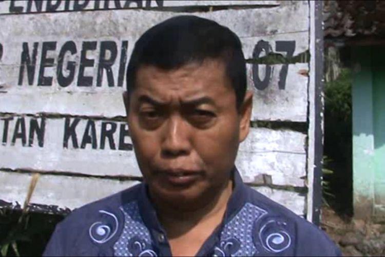 GURU TUNGGAL --Edi Gunarso menjadi satu-satunya guru yang mengajar di SDN Kare 7, Desa Kare, Kecamatan Kare, Kabupaten Madiun, Jawa Timur.
