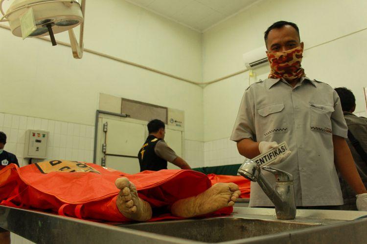 Tim Inafis Polres Purbalingga Melakukan otopsi kedua mayat suami istri di Instalasi Kedokteran Forensik dan Mediko Legal, RSUD Margono Soekarjo, Purwokerto, Jawa Tengah, Senin (11/9/2017)