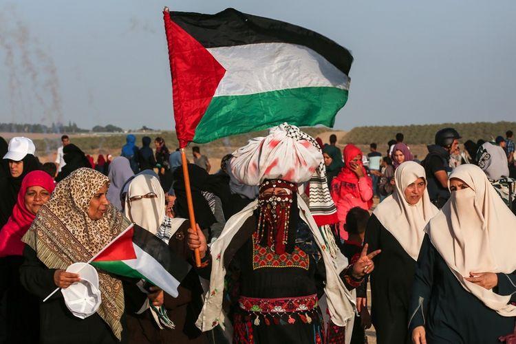 Perempuan Palestina berbaris dalam aksi demonstrasi di perbatasan Gaza dengan Israel, pada Selasa (3/7/2018).