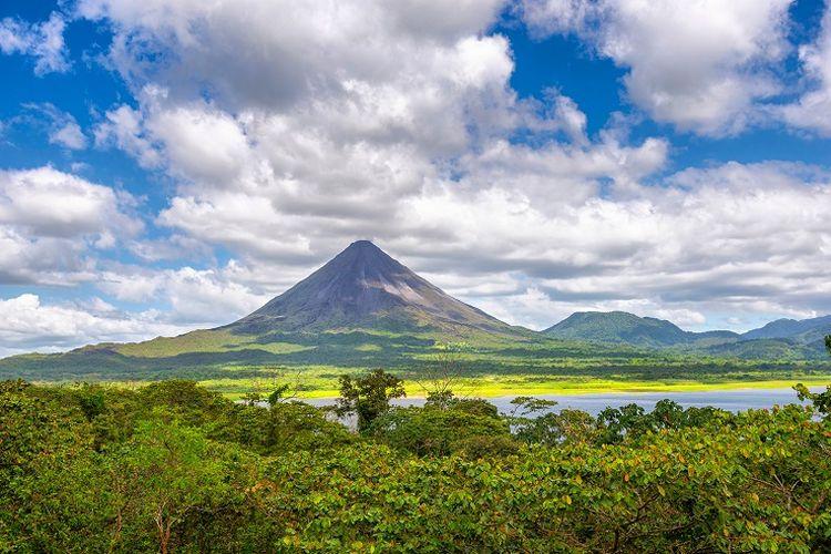 Ilustrasi Kosta Rika - Pemandangan gunung di Kosta Rika.