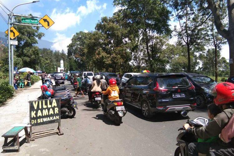 Sejumlah pengendara terjebak kemacetan di Jalur Puncak Bogor, Tugus Selatan, Kecamatan Cisarua, Kabupaten Bogor, Jawa Barat.
