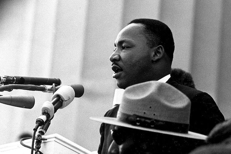 Martin Luther King memberikan pidatonya yang paling terkenal, I Have a Dream, di depan Lincoln Memorial selama Pawai 1963 di Washington DC.