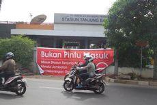 Lansia dan Difabel Protes Penutupan Pintu Utama Stasiun Tanjung Barat