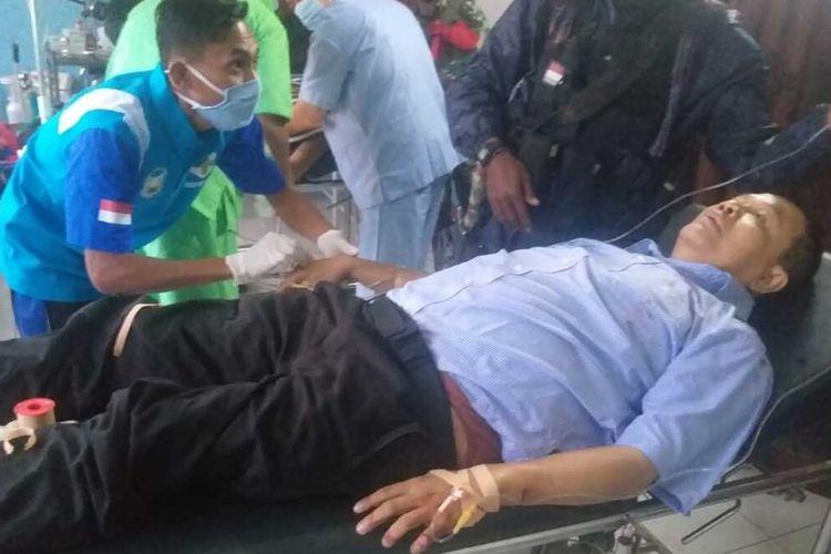Dosen Universitas Gajah Mada (UGM) Bambang Purwoko saat mendapatkan tindakan medis usai ditertembak, Jumat (9/10/2020)
