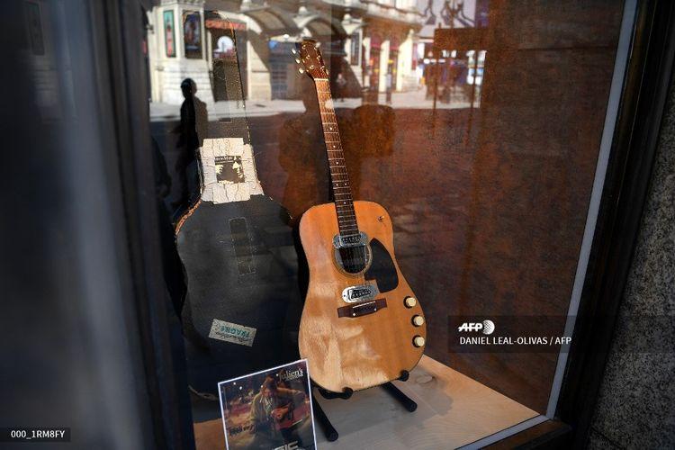 Gitar yang digunakan Kurt Cobain saat Nirvana tampil di MTV Unplugged di New York pada 1993 dipamerkan di Hard Rock Cafe Piccadilly Circus, London, Inggris, pada 15 Mei 2020.