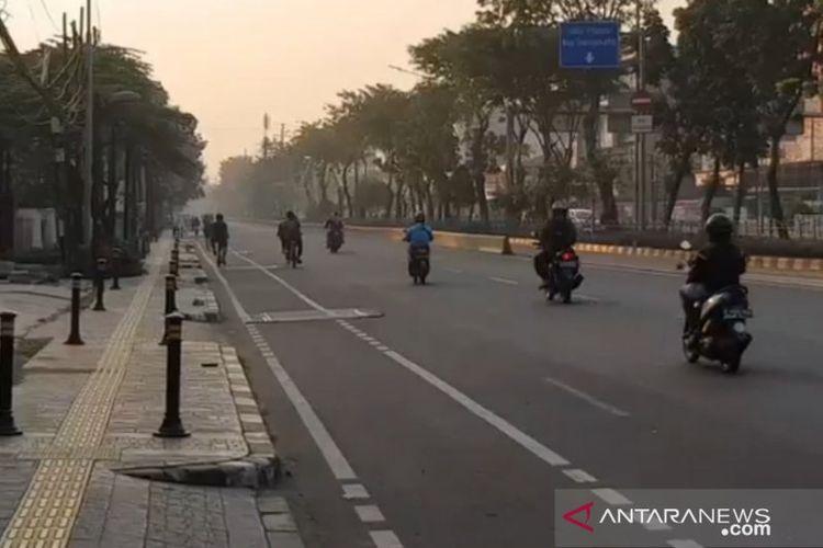 Pengendara sepeda motor melintas di Jalan Pemuda Rawamangun, Jakarta Timur, Ahad (26/7/2020). Hari Bebas Kendaraan Bermotor (HBKB) atau Car Free Day (CFD) di jalan itu ditiadakan akibat ada warga sekitar terinfeksi virus corona (COVID-19).