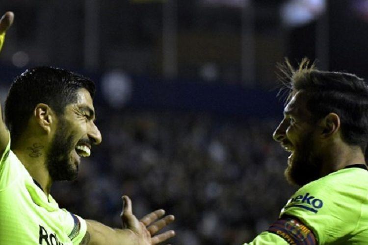 Luis Suarez merayakan golnya bersama Lionel Messi pada pertandingan Levante vs Barcelona di Stadion Ciutat de Valencia dalam lanjutan La Liga Spanyol, 16 Desember 2018.
